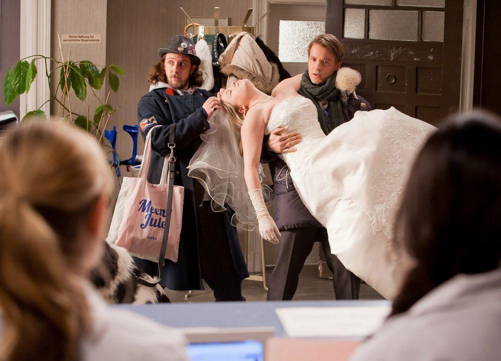 Während eines Einkaufs fällt David (Max von Pufendorf, r.) und Düse (Marian Meder, l.) buchstäblich eine Braut (Caroline Maria Frier, liegend) in di... - Bildquelle: Conny Klein SAT.1