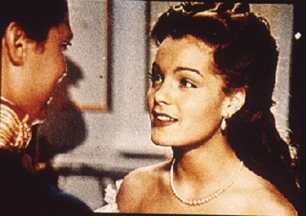 Sissi (Romy Schneider) hat sich in Kaiser Franz Josef von Österreich verliebt. Der Regent ist auf den ersten Blick fasziniert von Charme und Schön... - Bildquelle: Herzog-Filmverleih