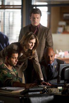 Castle - Javier Esposito (Jon Huertas, l.) zeigt Kate Beckett (Stana Katic, 2...