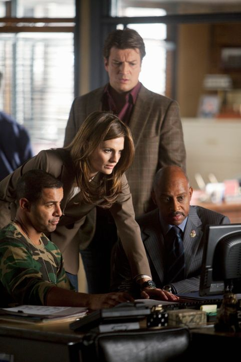 Javier Esposito (Jon Huertas, l.) zeigt Kate Beckett (Stana Katic, 2.v.l.), Castle (Nathan Fillion, 2.v.r.) und Roy Montgomery (Ruben Santiago-Hudso... - Bildquelle: 2010 American Broadcasting Companies, Inc. All rights reserved.