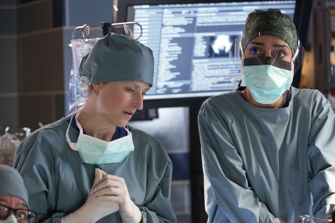 Während einer sehr komplizierten Operation kommt es zu Komplikationen. Gina (Necar Zadegan, r.) und Emily (Mamie Gummer, l.) müssen schnell reagiere... - Bildquelle: Michael Courtney 2012 The CW Network, LLC. All rights reserved.