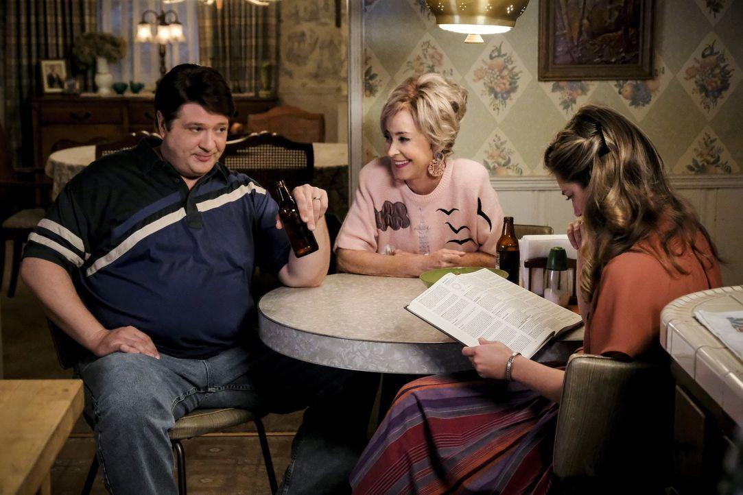 Während Mary (Zoe Perry, r.) geschockt ist, dass scheinbar echte Dämonenbeschwörungen und Kämpfe mit dem Teufel Teil eines Spiels sind, dass Sheldon... - Bildquelle: Warner Bros.