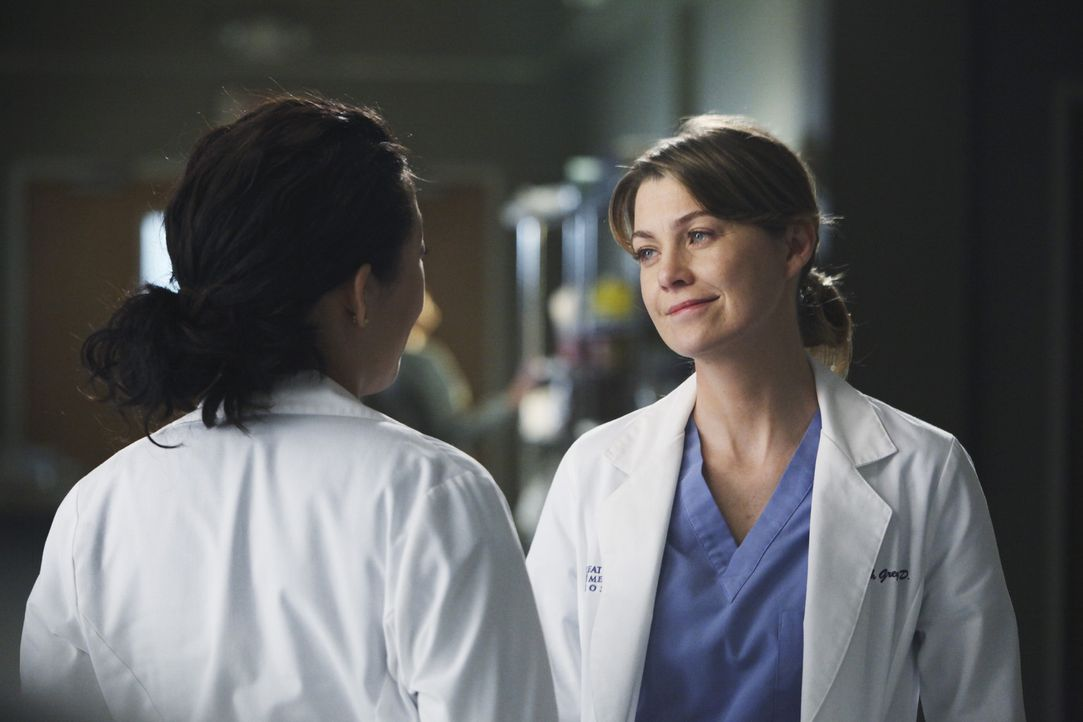 Während Cristina (Sandra Oh, l.) versucht Meredith (Ellen Pompeo, r.) etwas wichtiges zu erzählen, betreut Lexie einen Patienten, der an starker M... - Bildquelle: ABC Studios