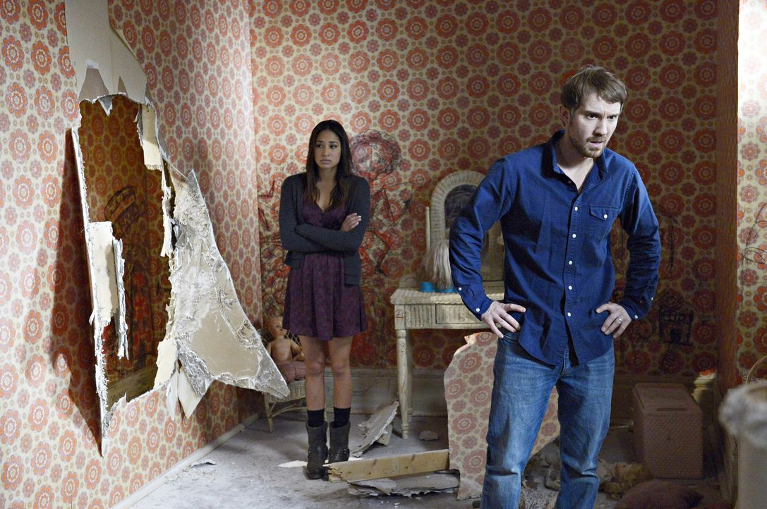 Eine Begegnung in dem ehemals versiegelten Zimmer sorgt für einige Probleme für Sally (Meaghan Rath, l.) und Josh (Sam Huntington, r.) ... - Bildquelle: Philippe Bosse 2014 B.H. 4 Productions (Muse) Inc. ALL RIGHTS RESERVED.