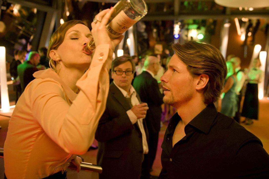 Steuerberatungskanzleichefin Kerstin (Nadja Becker, l.) übertreibt es auf der Betriebsfeier gewaltig: Nach ihrem Alkoholabsturz erwacht sie am näc... - Bildquelle: SAT.1
