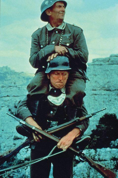 Augustin Bouvet (André Bourvil, unten) hat eine schwere Last zu tragen - nämlich seinen Freund Stanislas Lefort (Louis de Funès, oben) ... - Bildquelle: Tobis Filmkunst