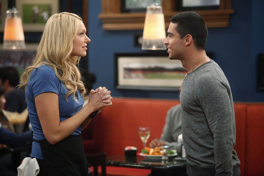 Während Rick versucht sich wieder mit Nikki zu versöhnen, verliebt sich Chelsea (Laura Prepon, l.) Hals über Kopf in den Baseballspieler Tommy Ma... - Bildquelle: Warner Bros. Television