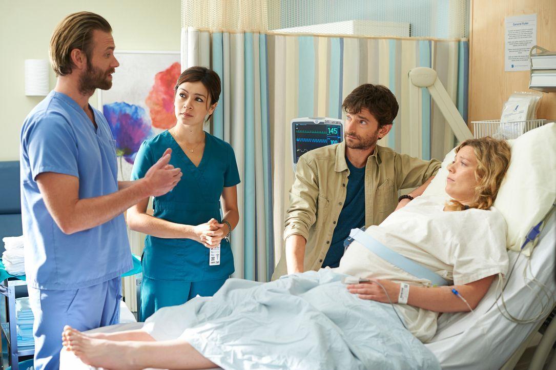 Maggie (Julia Taylor Ross, 2.v.l.) weicht Dr. Jason Kalfis (Eric Johnson, l.) nicht von der Seite, auch bei seinen Erzählungen hängt sie genau, wie... - Bildquelle: 2012  Hope Zee One Inc.