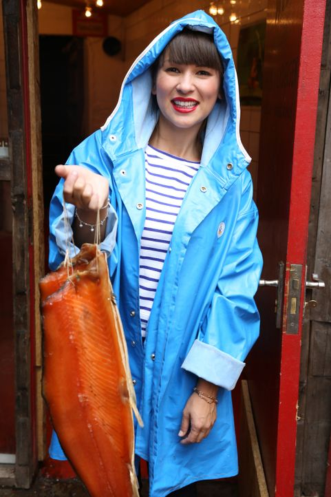 Rachel macht sich auf zum Räucherhaus und macht dort viele neue Erfahrungen ... - Bildquelle: Richard Hill BBC 2013