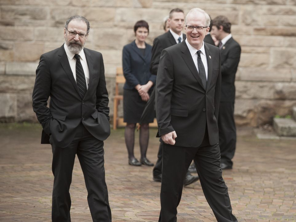 Ahnen nicht, dass Carrie als CIA-Chefin nach Islamabad zurück möchte: Lockhart (Tracy Letts, r.) und Saul (Mandy Patinkin, l.) ... - Bildquelle: 2014 Twentieth Century Fox Film Corporation