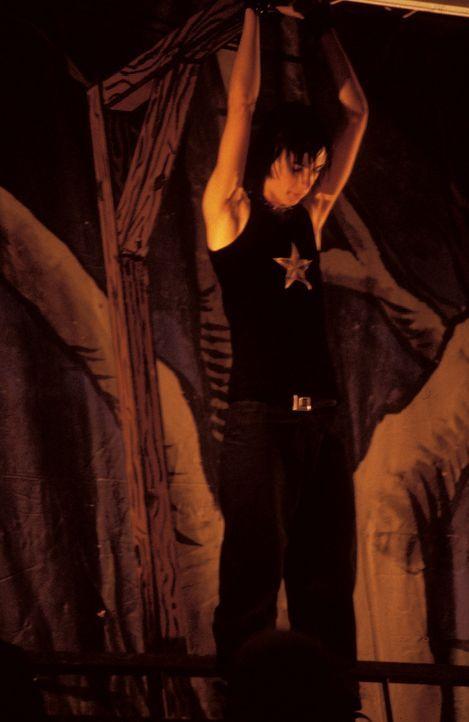 Ian (Jake Richardson) versucht sich im Okkultismus ... - Bildquelle: North by Northwest Entertainment
