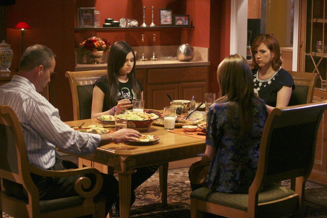 Ein gemeinsames, ruhiges Familienabendessen - noch ahnt die Familie nichts von Amys Hiobsbotschaft... (v.l.n.r.: George - Mark Derwin, Ashley - Indi... - Bildquelle: ABC Family