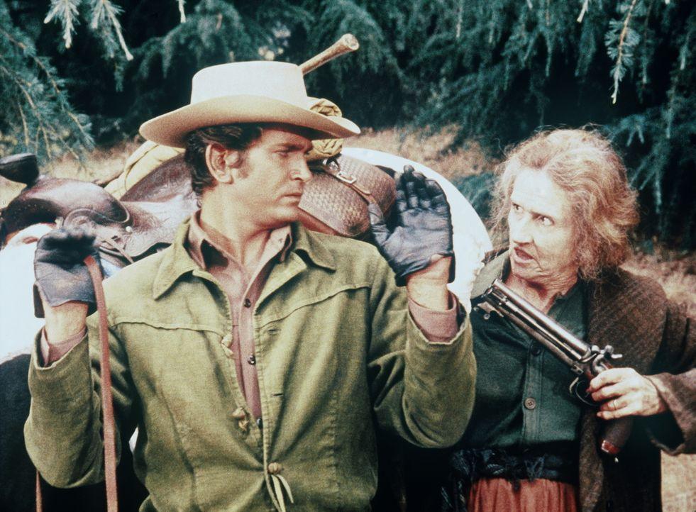 Little Joe Cartwright (Michael Landon, l.) wird von der schrulligen Carrie (Irene Tedrow, r.) gefangengenommen. - Bildquelle: Paramount Pictures