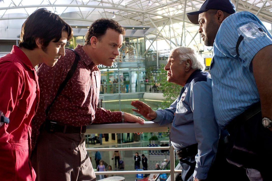 Viktor Navorski (Tom Hanks, 2.v.l.) hat am Flughafen gute Freunde gefunden: Enrique Cruz (Diego Luna, l.), Gupta Rajan (Kumar Pallana, 2.v.r.) und M... - Bildquelle: Merrick Morton DreamWorks Distribution LLC
