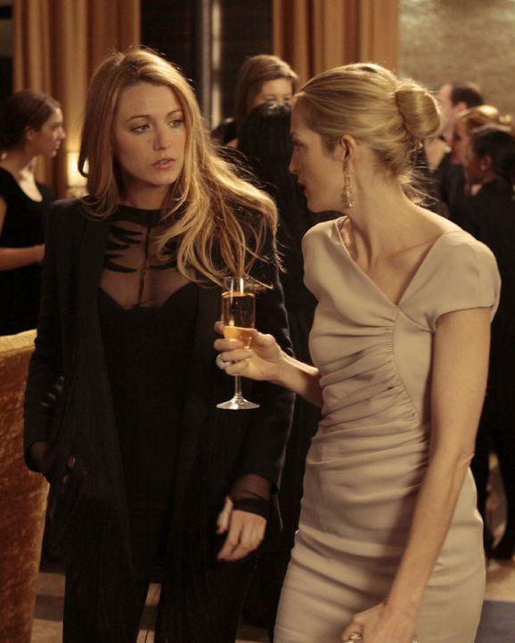 Während sich Ben nach der gemeinsamen Nacht mit Serena (Blake Lively, l.) nicht meldet, stellt sich Lily (Kelly Rutherford, r.) freiwillig der Staat... - Bildquelle: Warner Bros. Television