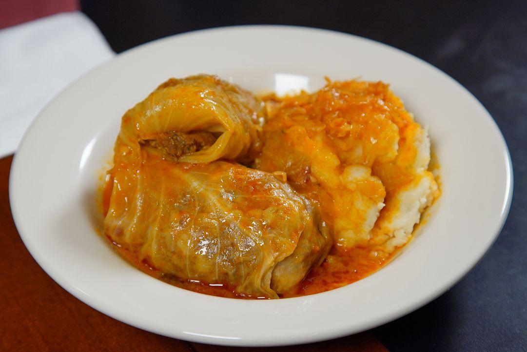 Andrew Zimmern stellt fest, dass in Pittsburgh gerne alte Essenstraditionen mit neuen Einflüssen kombiniert werden. Er probiert gefüllten Kohl und B... - Bildquelle: 2016, The Travel Channel, L.L.C. All Rights Reserved.