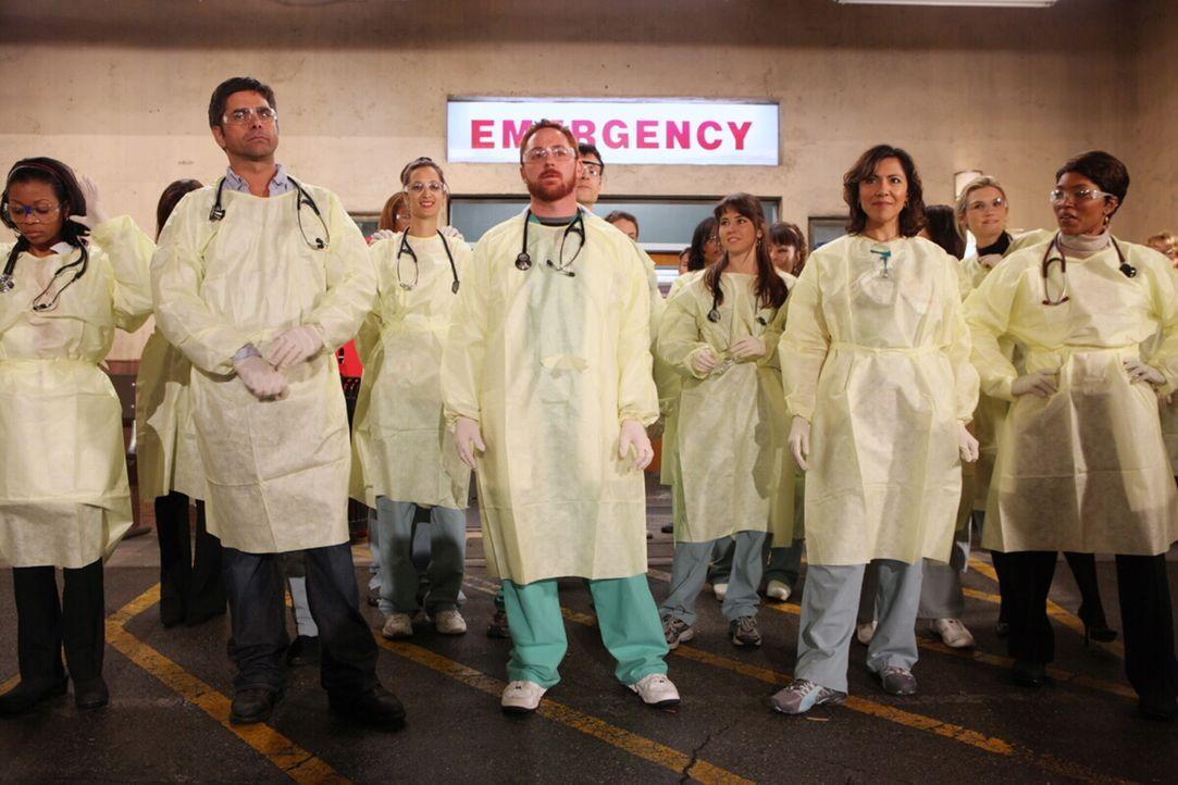 Großeinsatz im County: Aufgrund einer Explosion werden einige Krankentransporte erwartet. Die Crew (v.l.n.r.: Angel Laketa Moore, John Stamos, Scot... - Bildquelle: Warner Bros. Television