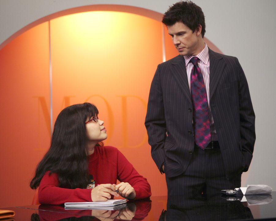 Daniel (Eric Mabius, r.) überredet Betty America Ferrera, l.), die Stelle bei Sofia anzunehmen; nun soll sie eine Nachfolgerin für sich finden, was... - Bildquelle: Buena Vista International Television