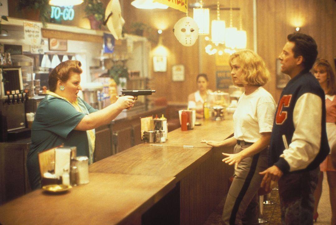 Wem können sie noch trauen? Jessica Kimble (Kari Keegan, Mitte) und ihr Ex-Freund Steven Freeman (John D. LeMay, r.) werden in einem Diner bedroht. - Bildquelle: Warner Bros.