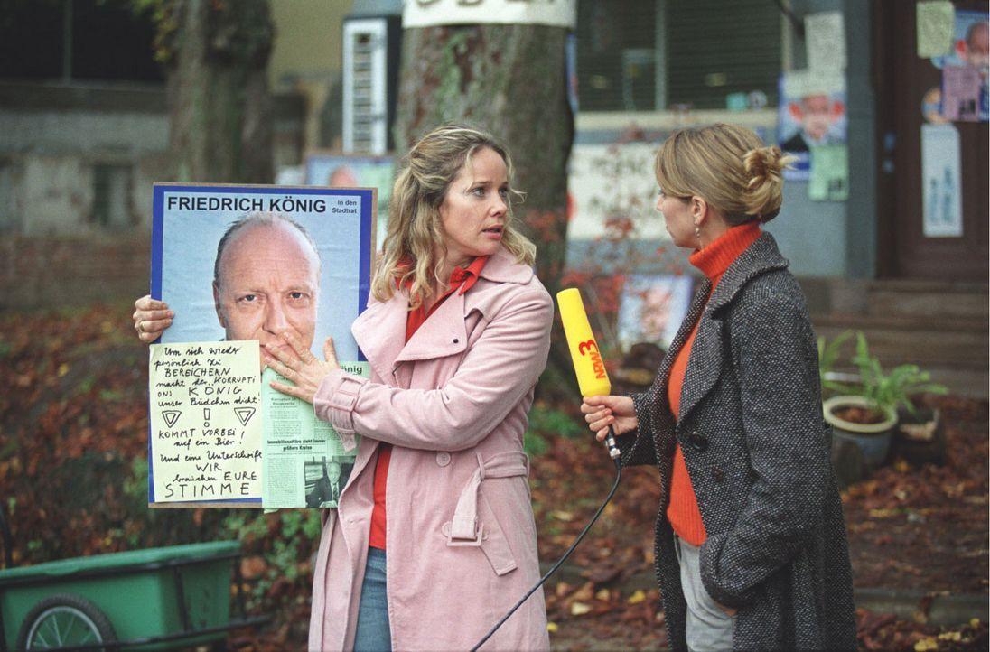 Um ihr Büdchen zu retten, wendet sich Tres-chen (Ann-Kathrin Kramer, l.) an die Öffentlichkeit. In einem Fernsehinterview mit der Reporterin (Heike... - Bildquelle: Astrid Wirth Sat.1