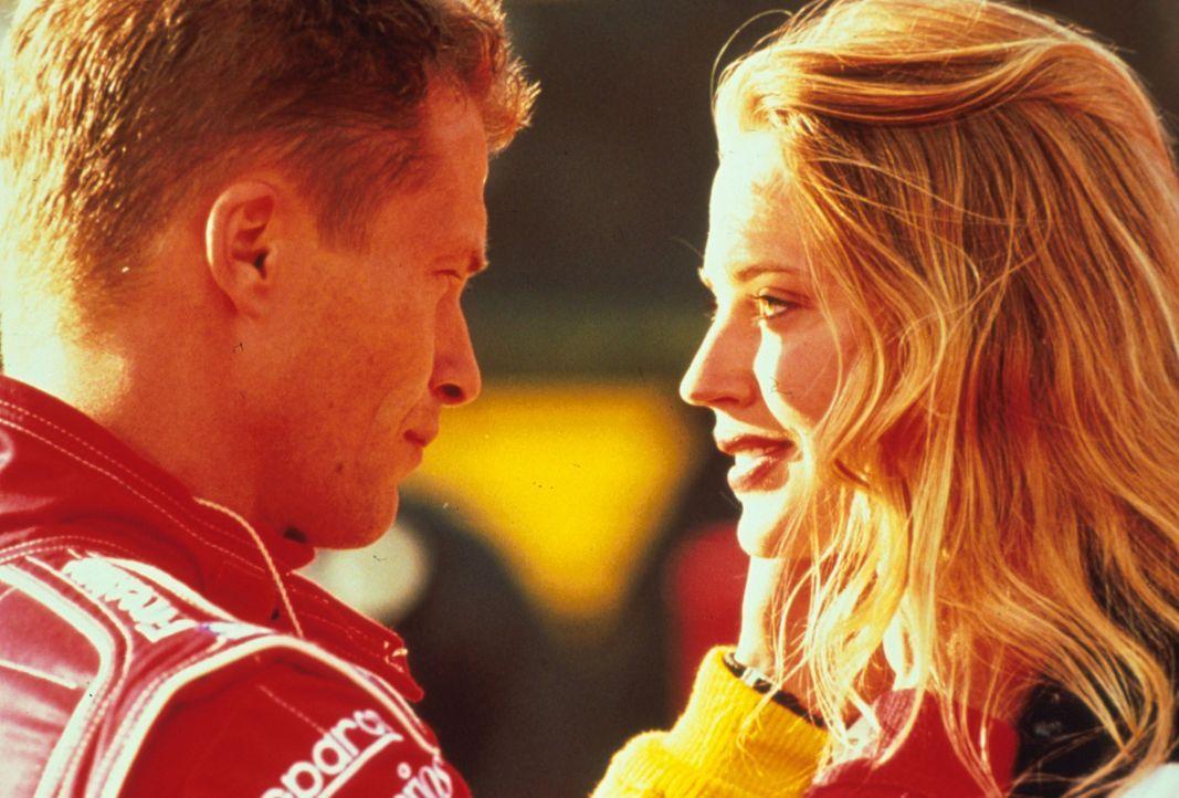Der Rennfahrer Beau Brandenburg (Til Schweiger, l.) und Sophia (Estella Warren, r.) haben ein herzliches Verhältnis. Doch dann taucht Sophias Ex au... - Bildquelle: Warner Bros.