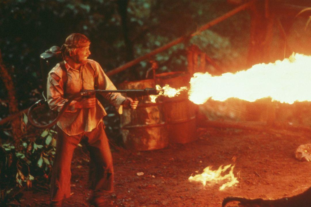 Zu allem entschlossen, brennt Colonel Braddock (Chuck Norris) das Gefangenenlager nieder ... - Bildquelle: Cannon Films