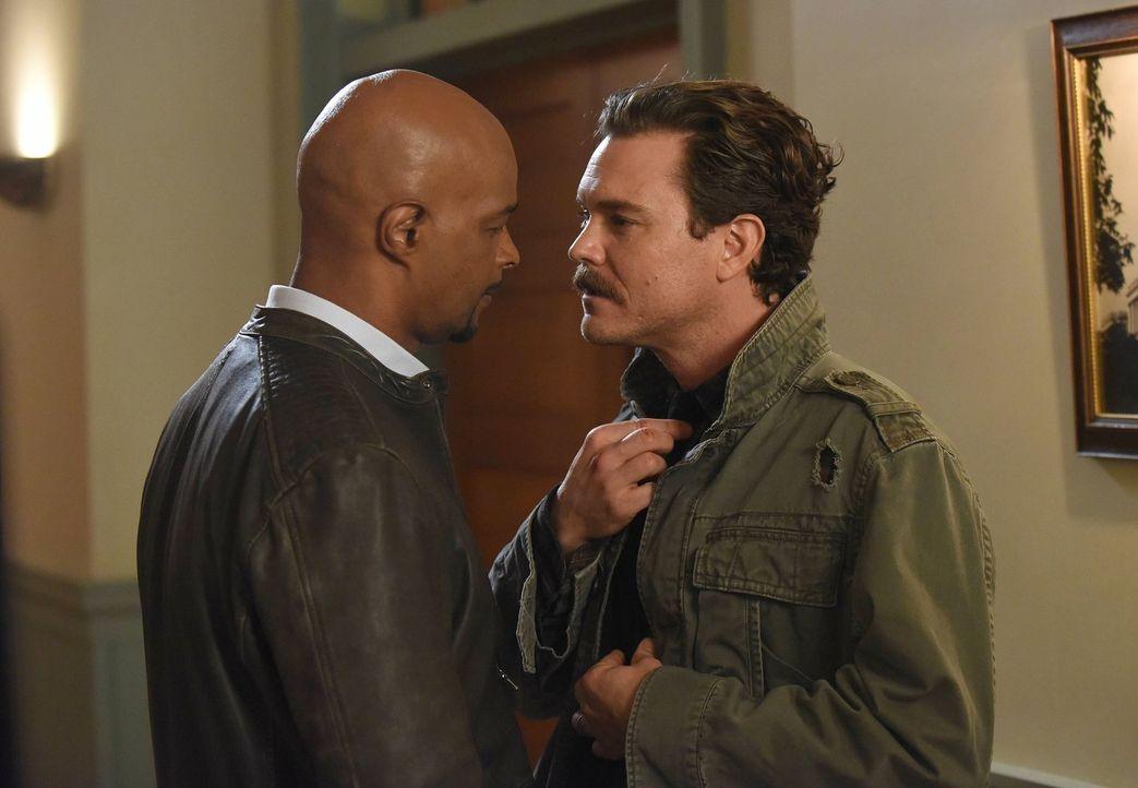 Riggs (Clayne Crawford, r.) und Murtaugh (Damon Wayans, l.) haben den polizeibekannten Straftäter Dino Brant festgenommen, da sie ihn in Verbindung... - Bildquelle: 2016 Warner Brothers