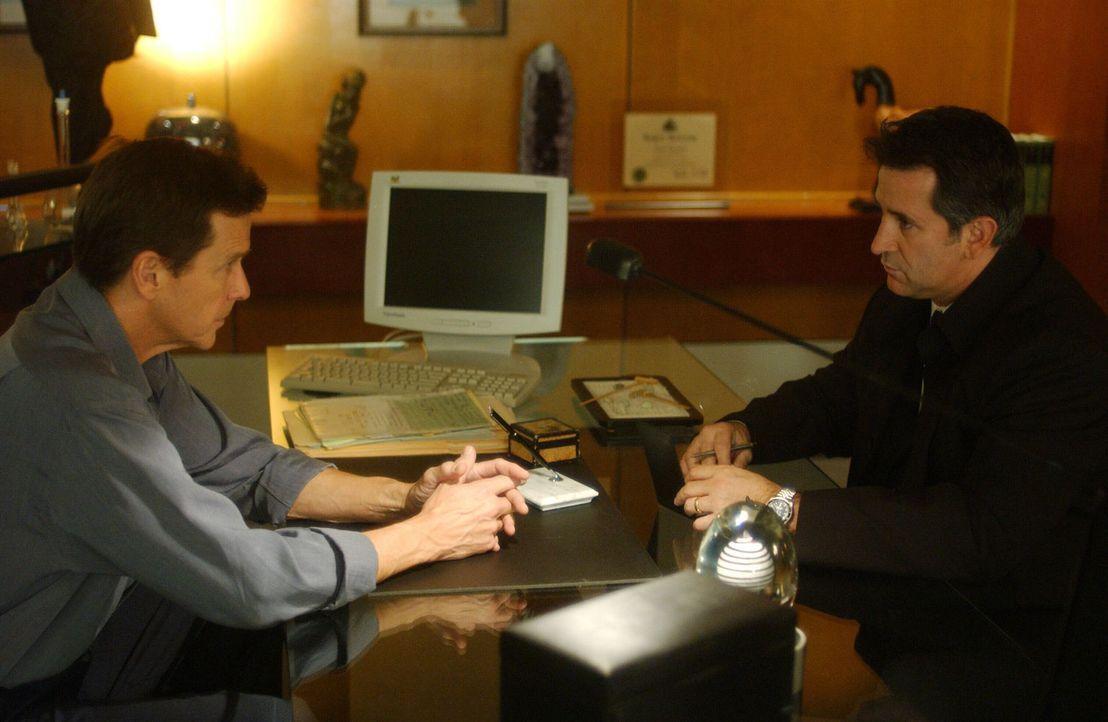 Als Verdächtigter muss sich Dr. Morrison (Tim Matheson, l.) den Fragen von FBI-Detektiv Jack Malone (Anthony LaPaglia, r.) stellen ... - Bildquelle: Warner Bros. Entertainment Inc.