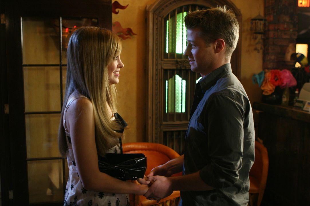 """Taylors (Autumn Reeser, l.) Geburtstag naht, und es ist ihr wichtiger denn je, die Worte """"ich liebe dich"""" von Ryan zu hören, doch Ryan (Benjamin Mc... - Bildquelle: Warner Bros. Television"""