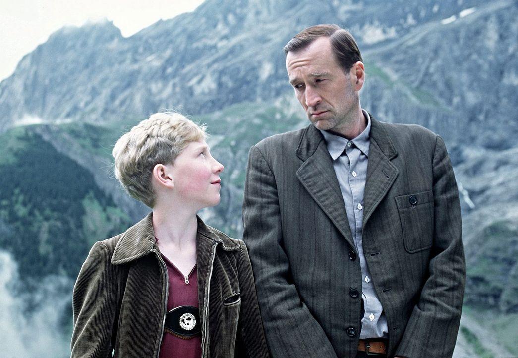Richard Lubanski (Peter Lohmeyer, r.) bereitet seinem Sohn Matthias (Louis Klamroth, l.) die größte Freude seines Lebens: Sie fahren zusammen zum... - Bildquelle: Senator Film