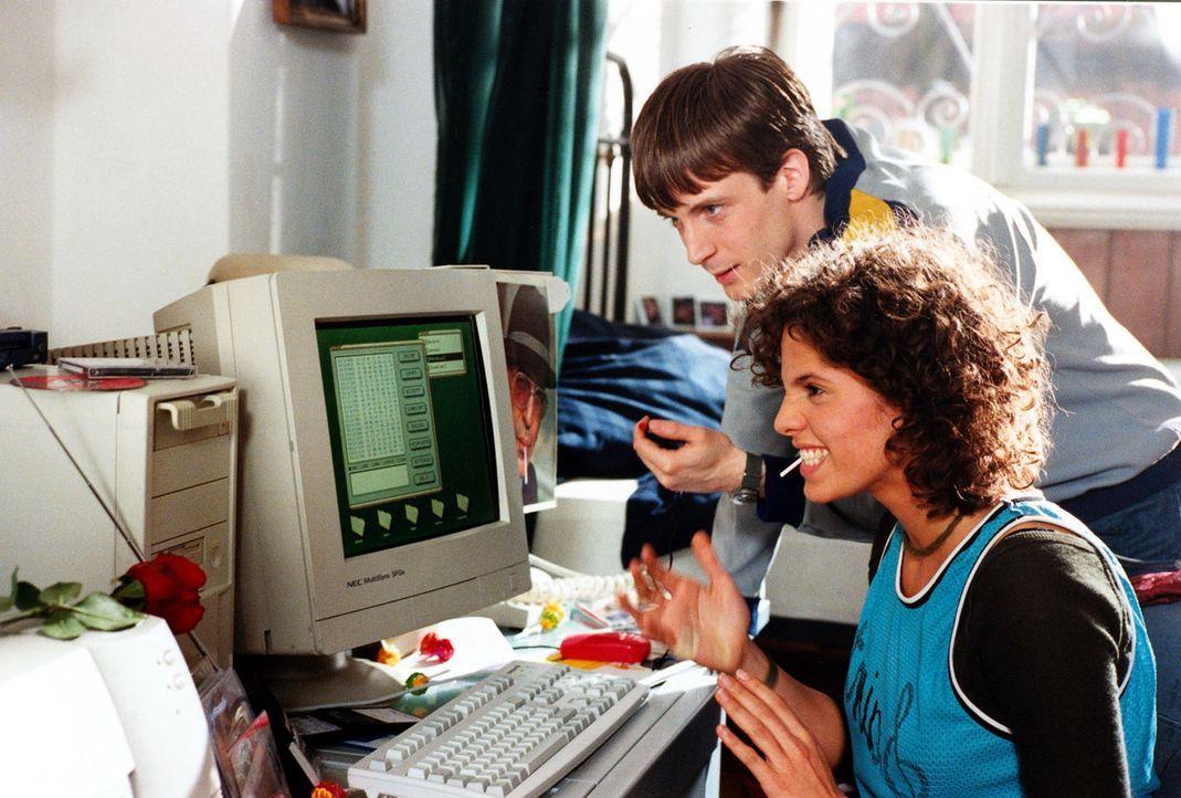 Alissa (Jasmin Gerat, r.) ist ein Hacker! Diesmal dringt sie zusammen mit ihrem Hacker-Freund Thomas (Bastian Trost, l.) via Internet bei einem bede... - Bildquelle: Alfred Raschke SAT.1