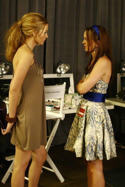Serena (Blake Lively, l.) und Blair (Leighton Meester, r.) geraten in Streit, weil sich Serena mit Poppy angefreundet hat und Eleanor die beiden geb... - Bildquelle: Warner Brothers