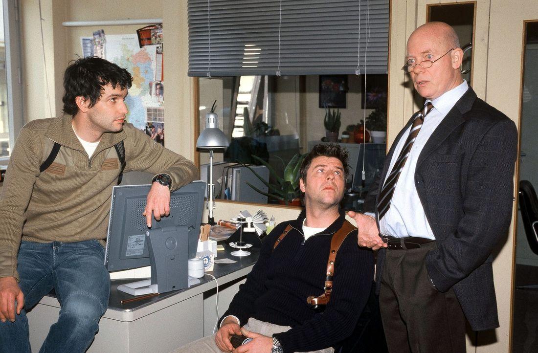 Gino (Luca Zamperoni, l.), Jupp (Uwe Fellensiek, M.) und Haupt (Christoph Quest, r.) besprechen den Mordfall der berühmten Fotoagentin, die in ihrer... - Bildquelle: Münstermann Sat.1