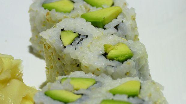 Reis und Avocado: Fertig sind die Sushi-Röllchen für Vegetarier.