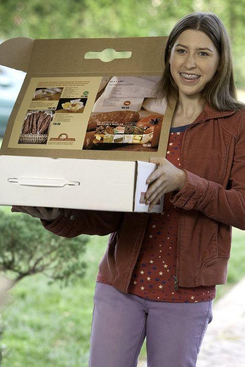 Um die Schule zu unterstützen verkauft Sue (Eden Sher) an der Haustür, Wurst- und Käseköstlichkeiten. Dafür kann sie eine Reise nach Indianapolis ge... - Bildquelle: Warner Brothers