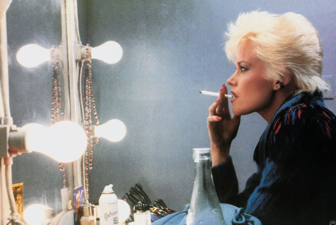Die Pornodarstellerin Holly (Melanie Griffith) wird als Double für die ermordete Gloria engagiert ... - Bildquelle: Columbia Pictures