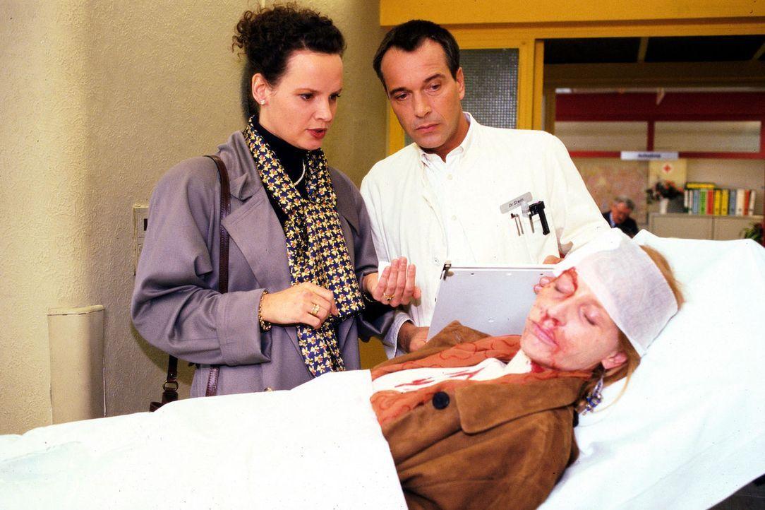 Dr. Stein (Christoph Schobesberger, M.) übernimmt von der Notärztin Dr. Rast (Julia Hentschel, l.) die Versorgung der verunglückten Patientin Eli... - Bildquelle: Noreen Flynn Sat.1