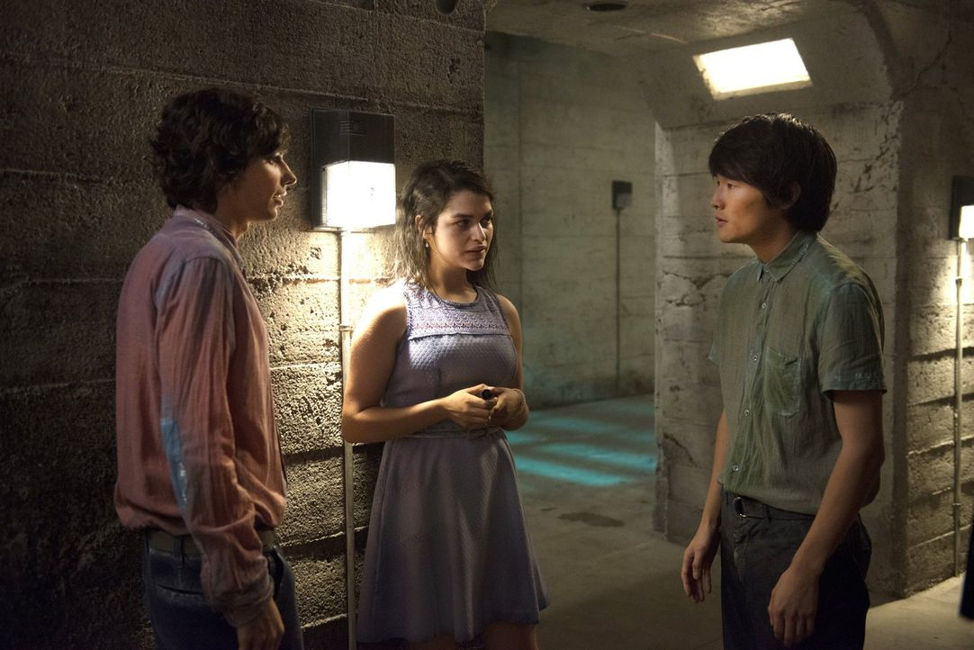 Können Jasper (Devon Bostick, l.) und Monty (Christopher Larkin, r.) Maya (Eve Harlow, M.) wirklich trauen? - Bildquelle: 2014 Warner Brothers