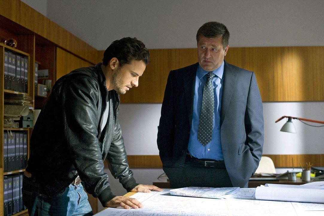 Im Berliner Bauamt erfährt Maik (Stephan Luca, l.) von Udo Kittner (Bruno Apitz, r.), dass alle DDR-Pläne von unbekannten Tunnelanlagen verschwund... - Bildquelle: Richard Hübner Sat.1