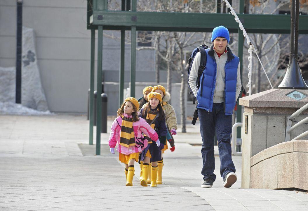 Weil die Leiterin der Pfadfindertruppe seiner kleinen Schwester Emily (Genevieve Hannelius, l.) ausfällt, springt Alex (Hutch Dano, r.) ein. Sofort... - Bildquelle: Disney