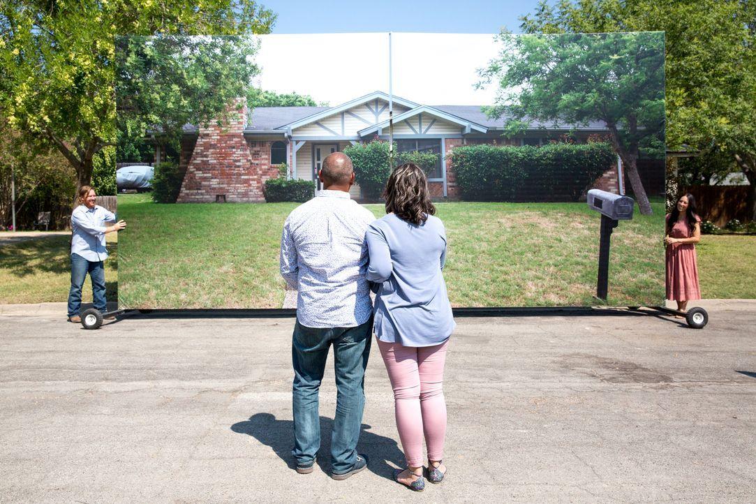 Die große Überraschung steht bevor: Was haben Chip (l.) und Joanna Gaines (r.) wohl aus dem Haus gezaubert? - Bildquelle: Jeff Jones 2017, HGTV/Scripps Networks, LLC. All Rights Reserved.