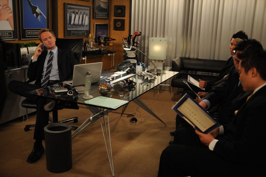 Barney (Neil Patrick Harris, l.) ist mitten in der Arbeit, als er einen Anruf von Lily bekommt, dass Ted eine Unfall hatte. Sofort macht er sich auf... - Bildquelle: 20th Century Fox International Television