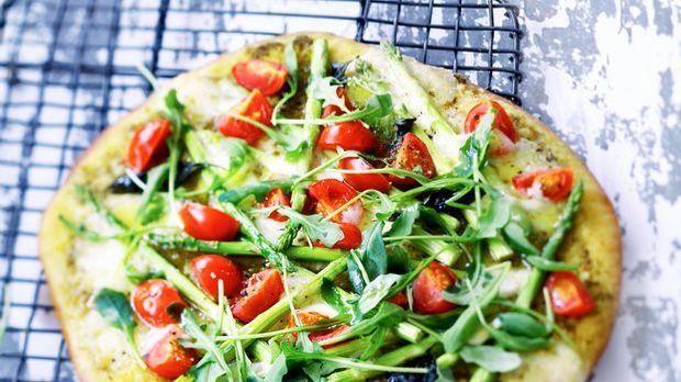 Leckere Pizza mit Pesto und Basilikum