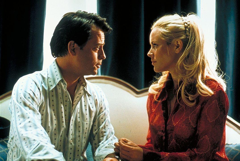 Seine Leidenschaft für Frauen (Maria Bello, r.) kommt Schauspieler Bob Cranes (Greg Kinnear, l.) teuer zu stehen ... - Bildquelle: 2003 Sony Pictures Television International