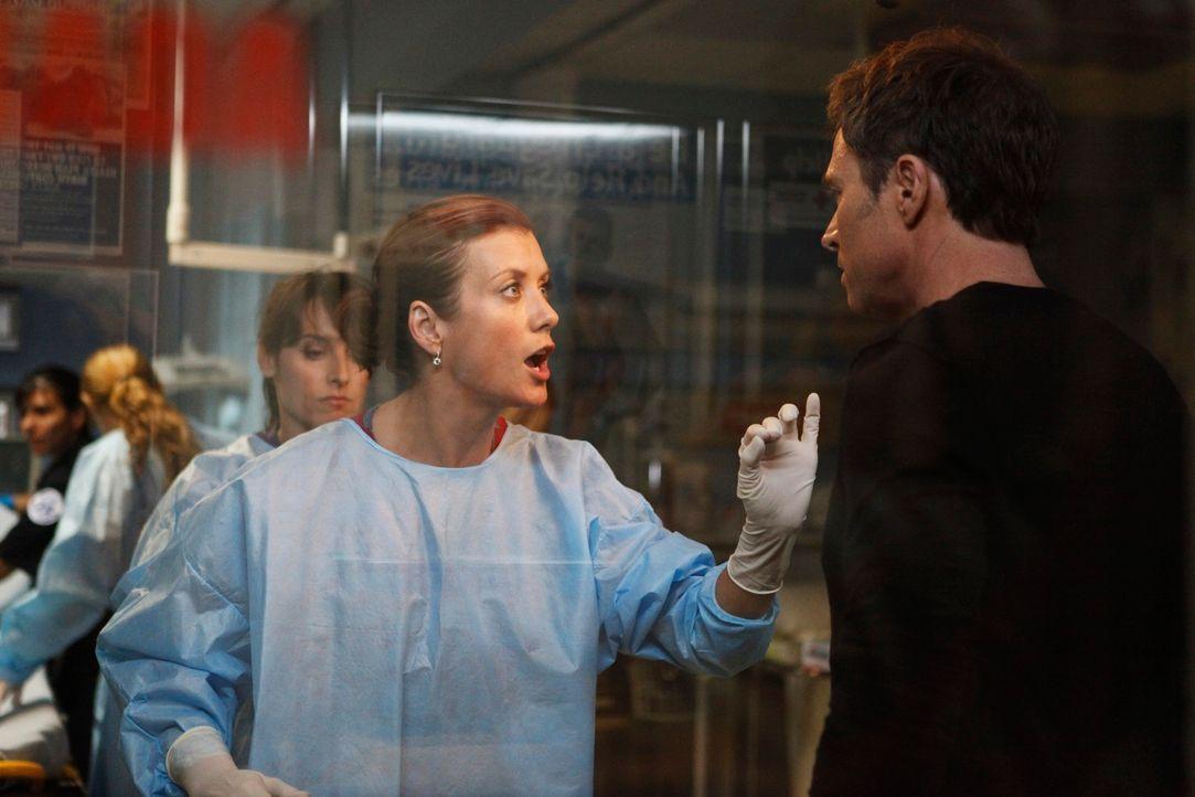 Pete (Tim Daly, r.) macht sich große Sorgen um Violet und das Baby und würde gerne zu ihr, doch Addison (Kate Walsh, l.) macht ihm klar, dass das je... - Bildquelle: ABC Studios