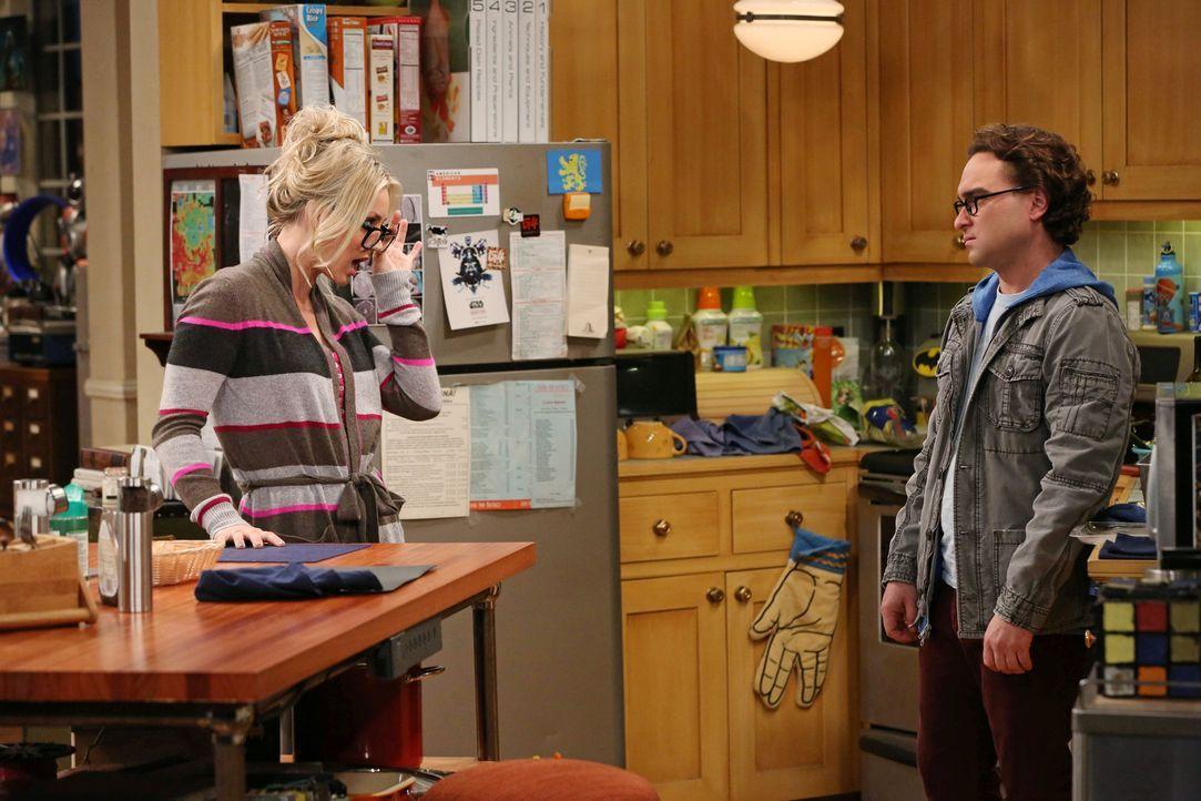 Als Penny (Kaley Cuoco, l.) erfährt, dass Leonard (Johnny Galecki, r.) von Alex angebaggert wird und ihm das auch noch gefällt, ist sie entsetzt ... - Bildquelle: Warner Bros. Television