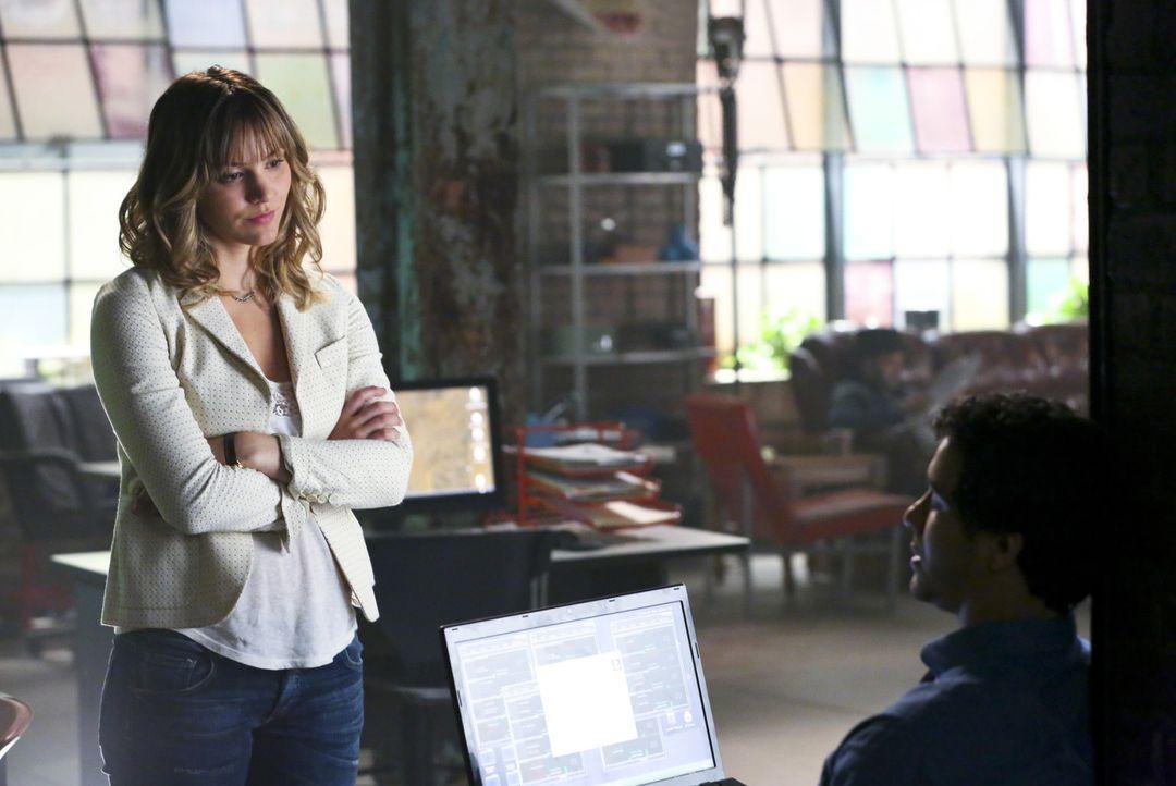 Paige (Katharine McPhee, l.) glaubt fest an Walter (Elyes Gabel, r.) und seine Fähigkeiten ... - Bildquelle: Michael Yarish 2014 CBS Broadcasting, Inc. All Rights Reserved