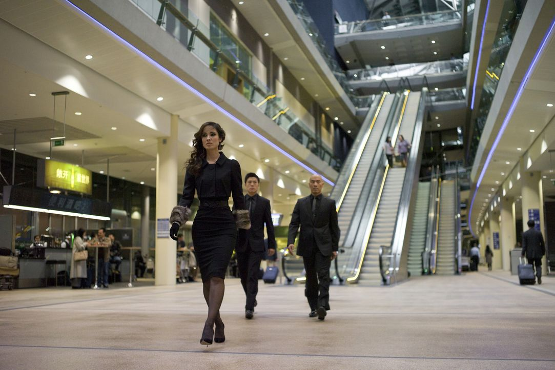Hat die mysteriöse Sévérine (Bérénice Marlohe, l.) etwas mit der Enttarnung der britischen Undercover-Agenten zu tun? - Bildquelle: Skyfall   2012 Danjaq, LLC, United Artists Corporation and Columbia Pictures Industries, Inc. All rights reserved.