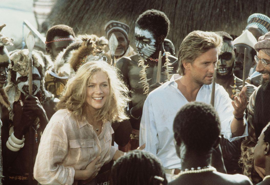 Joan (Kathleen Turner, l.) und Jack (Michael Douglas, r.) können vor Omars Schergen zu den Nubiern fliehen. Dort finden sie herzliche Aufnahme ... - Bildquelle: 20th Century Fox Film Corporation