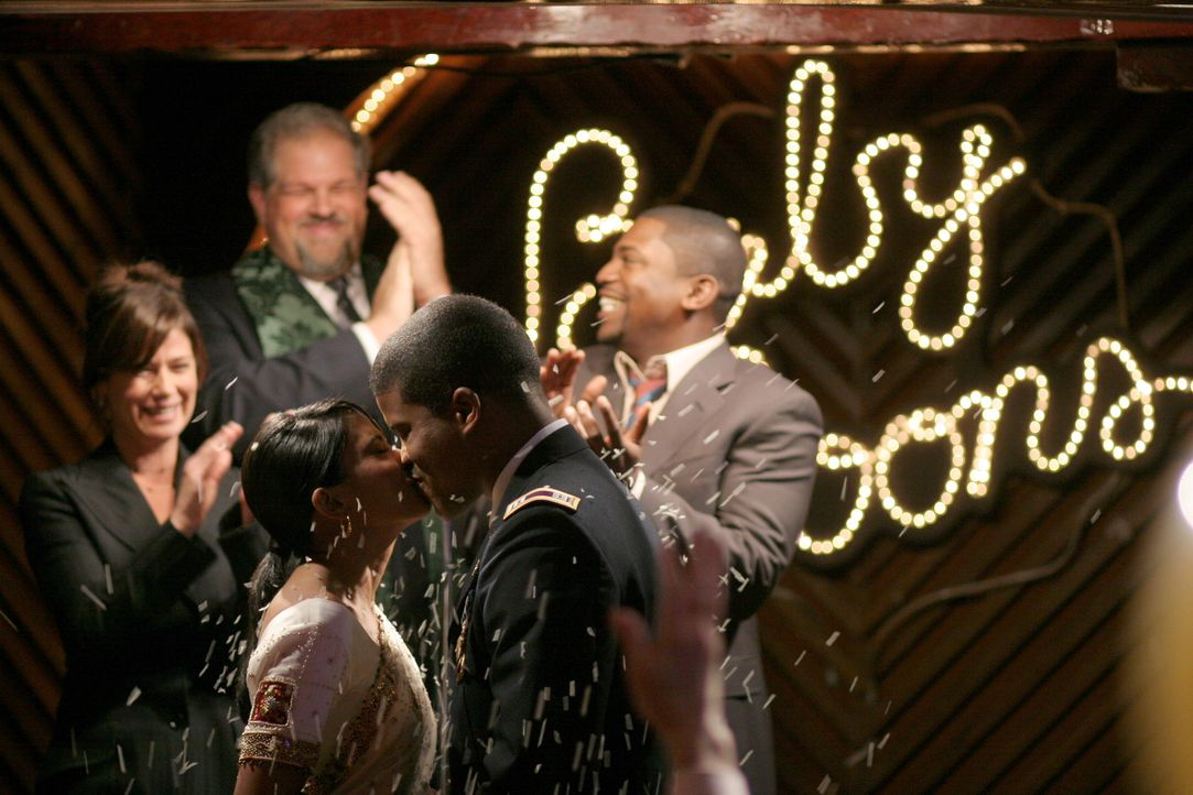 Jerry (Abraham Benrubi, hinten M.), Abby (Maura Tierney, hinten l.) und Pratt (Mekhi Phifer, hinten r.) freuen sich mit Neela (Parminder Nagra, vorn... - Bildquelle: Warner Bros. Television
